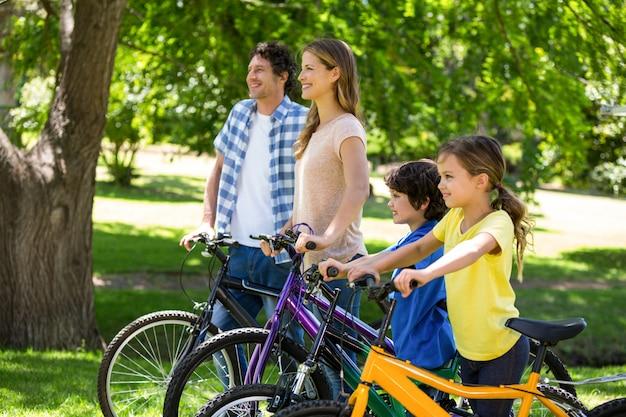 Famiglia sorridente con le loro biciclette