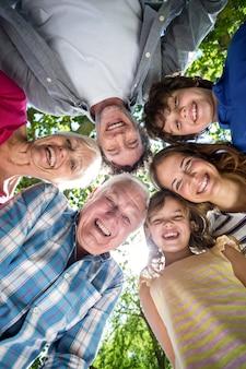 Famiglia sorridente con le loro teste in un cerchio