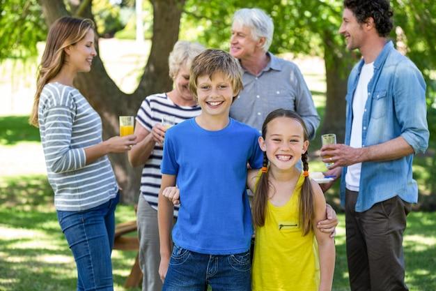 Famiglia sorridente in piedi