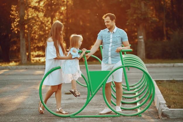 Famiglia su un parco