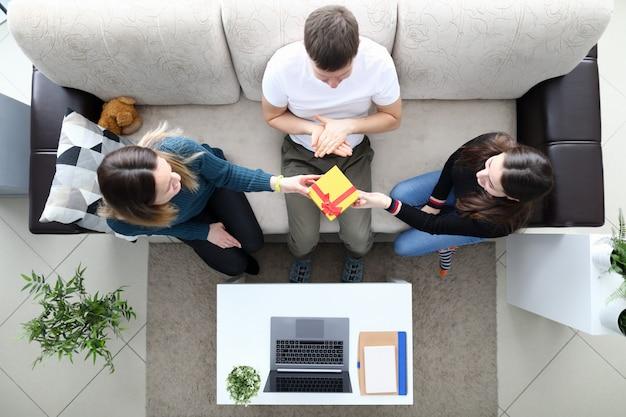 Famiglia sul divano vista dall'alto