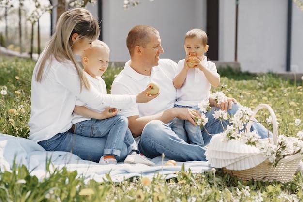 Famiglia sveglia che gioca in un cortile estivo