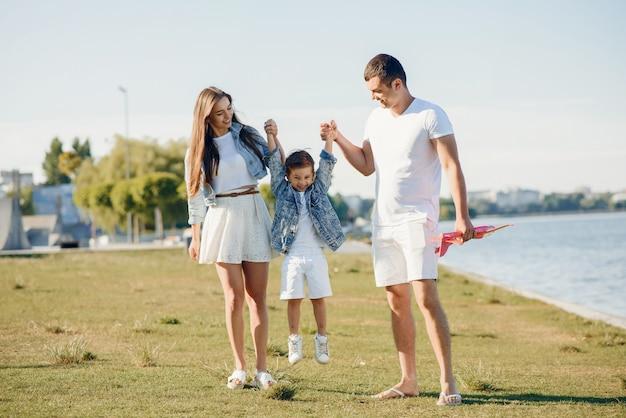Famiglia sveglia che gioca in un parco estivo