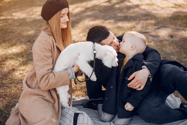 Famiglia sveglia che gioca in un parco