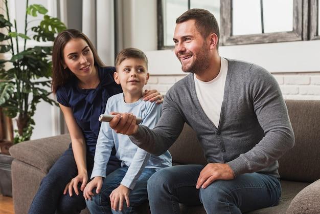 Famiglia sveglia con il figlio che guarda un film