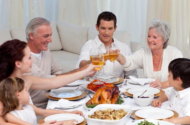 Famiglia tusting con vino in una cena