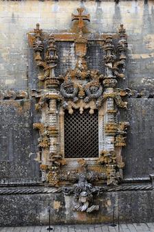 Famosa finestra del bellissimo monumento punto di riferimento chiamato convento di cristo a tomar, in portogallo.