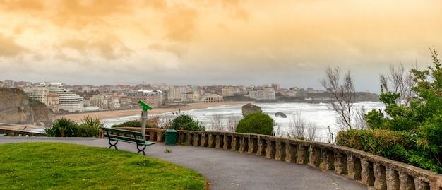 Famosa spiaggia di biarritz con le onde dell'oceano