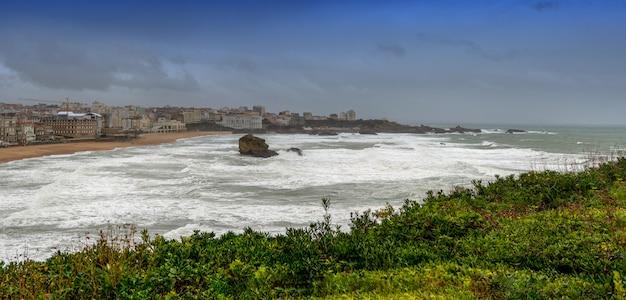 Famosa spiaggia di biarritz (pays basque, francia) con onde dell'oceano, maltempo