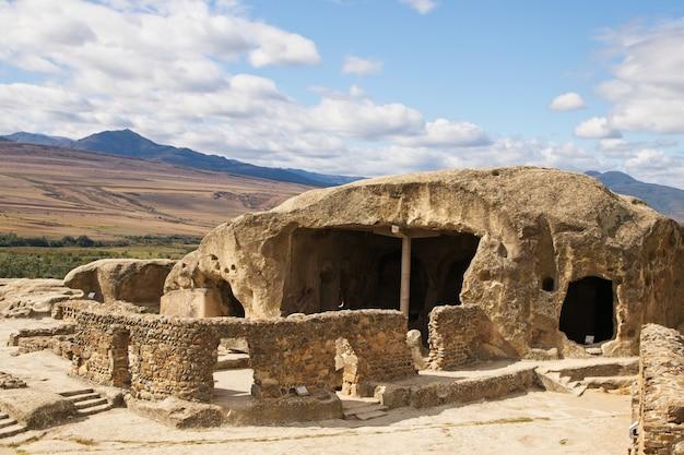 Famosa storica città scavata nella roccia di uplistsikhe nella georgia orientale