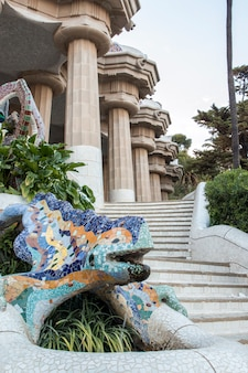 Famoso park guell situato a barcellona, in spagna.