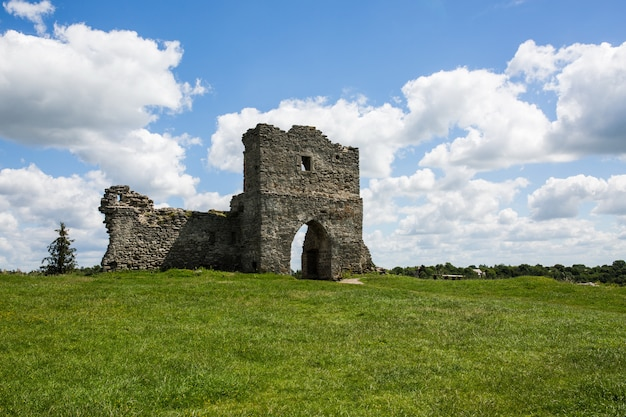 Famoso punto di riferimento ucraino: vista panoramica estiva delle rovine dell'antico castello di kremenets, regione di ternopil, ucraina