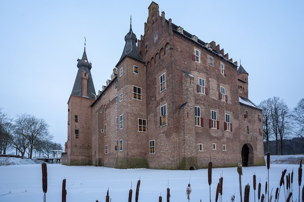 Famoso storico castello doorwerth a heelsum, paesi bassi durante l'inverno