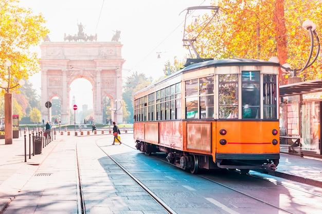 Famoso tram vintage a milano, lombardia, italia