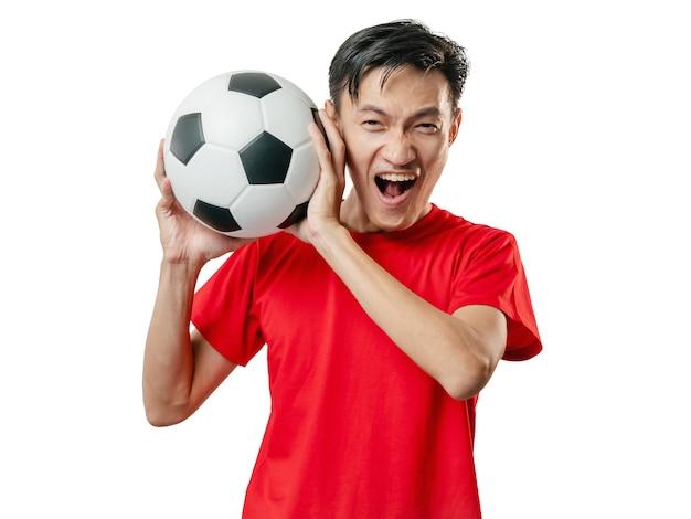Fan di calcio che celebra l'uomo in camicia a maniche corte rossa.
