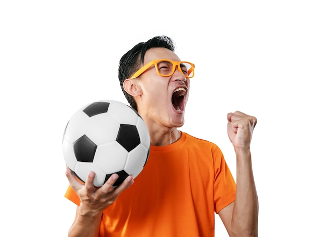 Fan di calcio che celebra l'uomo in maglietta arancione a maniche corte con il calcio in mano.