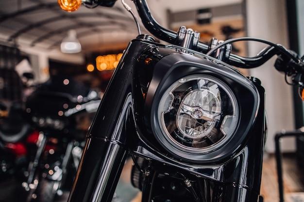 Fanale anteriore per moto. faro in metallo di una motocicletta. parte del cromo che guida lo sterzo della bici.