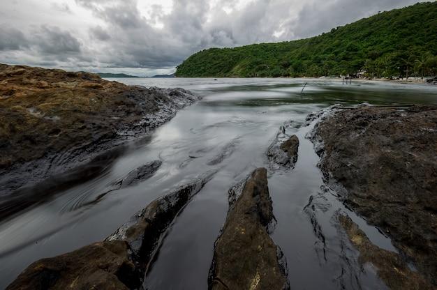 Fango di olio che contaminano il mare durante il disastro di caduta di olio nell'isola di samet, rayong, tailandia.