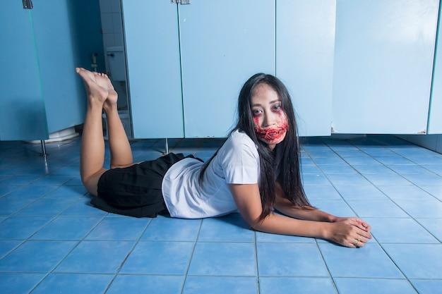 Fantasma asiatico della donna in uniforme dell'università tailandese