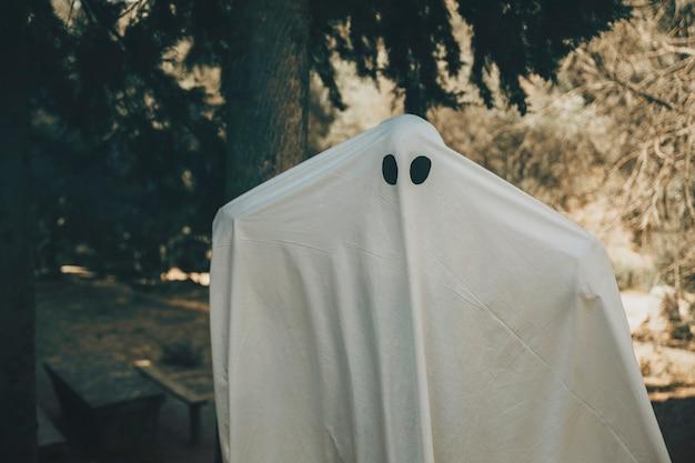 Fantasma che spande le mani nel parco