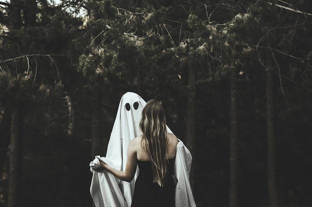 Fantasma e signora che abbracciano nel parco