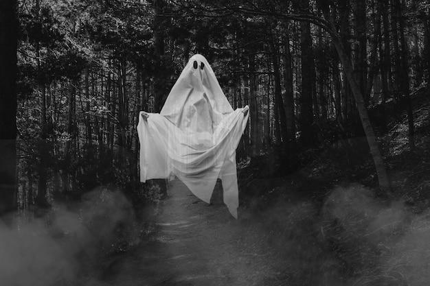 Fantasma realistico spettrale di halloween nella foresta