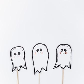 Fantasmi di carta su bastoni per halloween