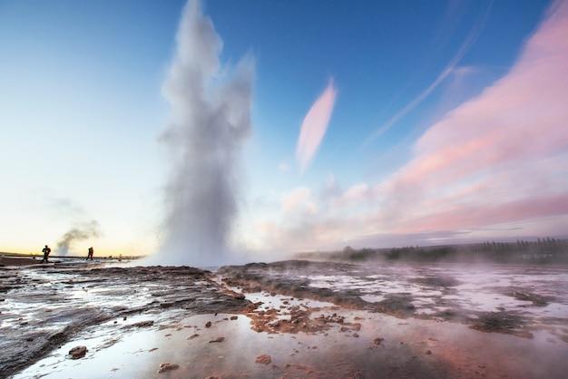 Fantastica eruzione del geyser di strokkur al tramonto in islanda. colori fantastici