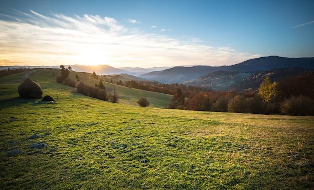 Fantastica magnifica alba nel mattino villaggio di montagna.