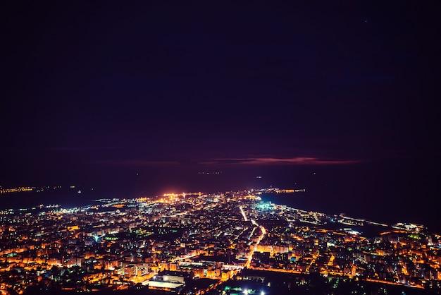 Fantastica veduta aerea della città illuminata con luci.