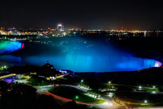 Fantastiche vedute delle cascate del niagara di notte, ontario, canada