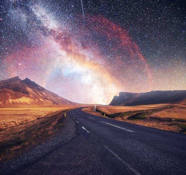 Fantastico cielo stellato e maestose montagne nella nebbia. drammatica bella mattinata. paesaggio autunnale. per gentile concessione della nasa
