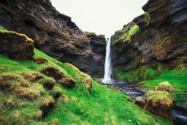 Fantastico paesaggio di montagne e cascate in islanda
