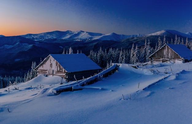 Fantastico paesaggio invernale. magico tramonto in una giornata gelida.