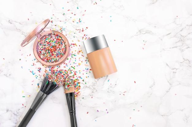 Fard multicolore, evidenziatore come decorazione di zucchero dolce in scatola di colore rosa pastello