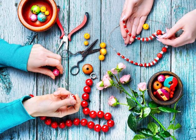Fare collane di perline colorate