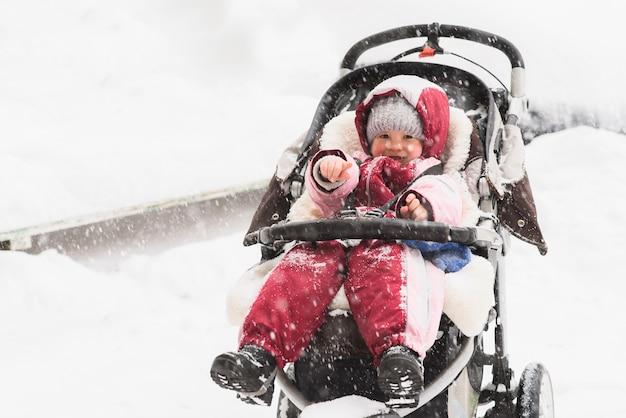 Fare da baby-sitter in un passeggino durante le nevicate