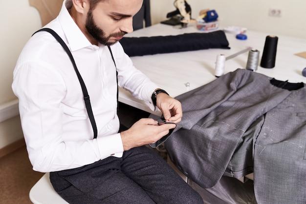 Fare giacca maschile presso lo studio di cucito