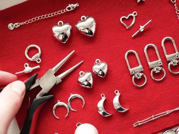 Fare gioielli in argento. su uno sfondo rosso