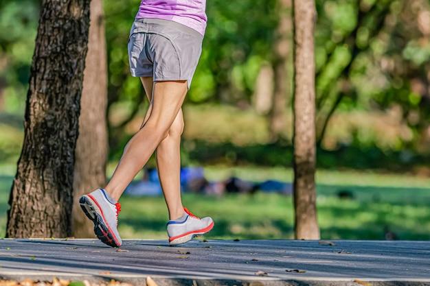 Fare jogging la sera nel parco pubblico