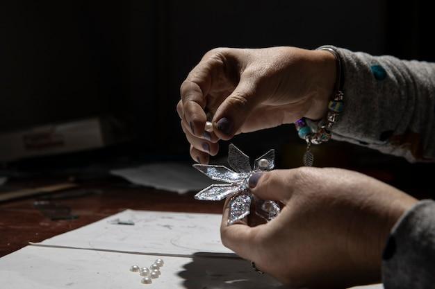 Fare ornamento in vetro nell'atelier.