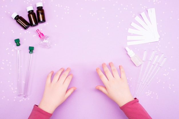 Fare profumi a casa. le mani dei bambini producono profumo
