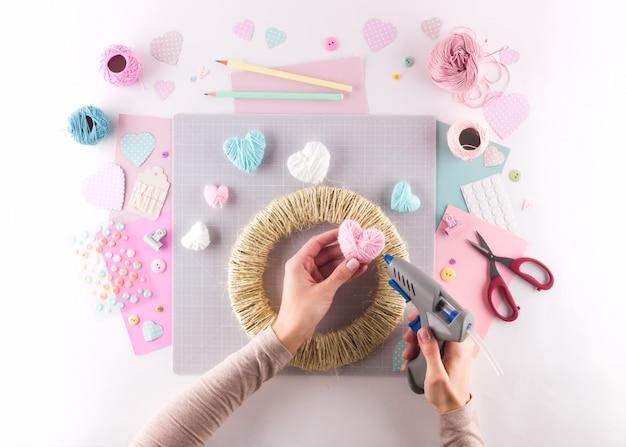 Fare progetto fai da te. decorazione a maglia. strumenti e forniture artigianali. stagione a casa arredamento di san valentino.