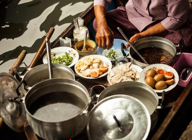 Fare shopping e mangiare dal tradizionale cibo fresco delle barche