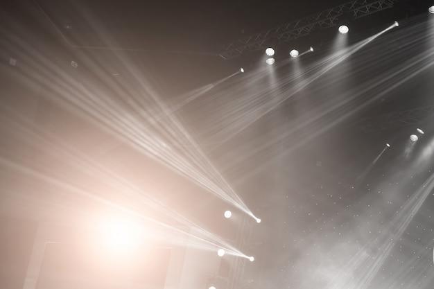 Faretto da palcoscenico con raggi laser. sfondo di illuminazione di concerti
