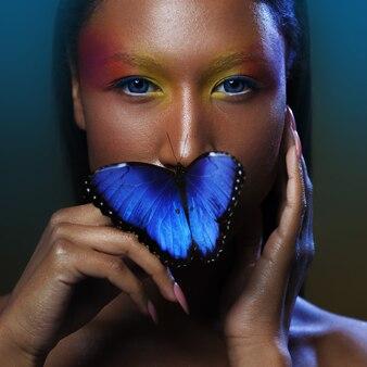 Farfalla sulle labbra, giovane e bellissimo modello nero dall'aspetto esotico