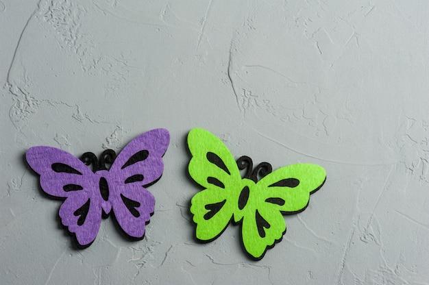 Farfalle tessili viola e verdi