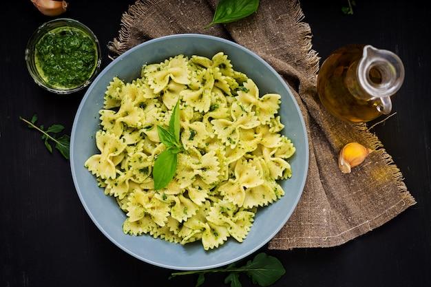 Farfalle vegane in salsa di spinaci e basilico con aglio