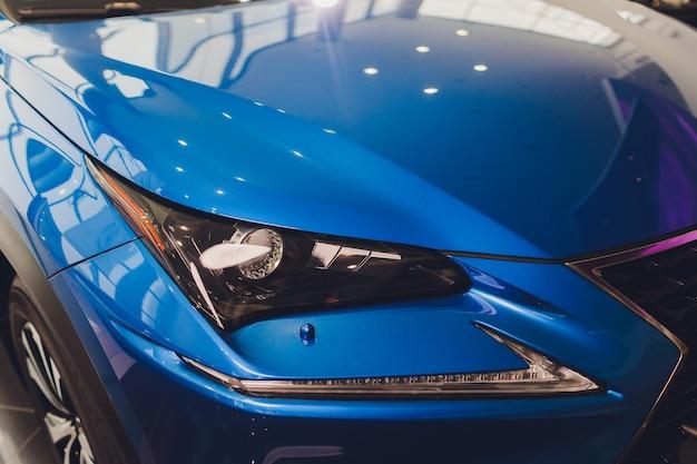 Fari del primo piano del primo piano blu del corpo dell'automobile.