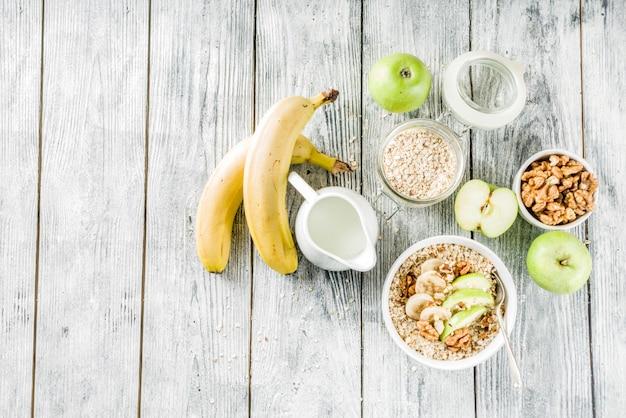 Farina d'avena colazione sana con frutta annuncio noci
